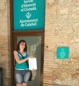 Dolors Fabà Mañas en el moment l'entrega de la petició a l'Ajuntament de Calafell